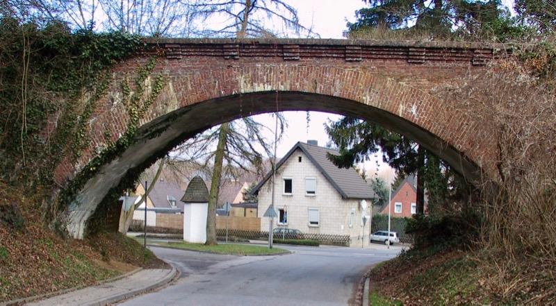 Ziegelmauern einer Brücke